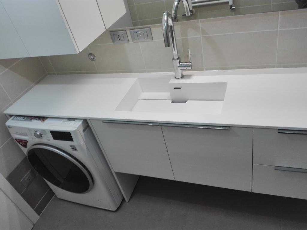lavanderia ordinata con lavatoio integrato e top in aquatek da aqua arredobagno a seregno monza e